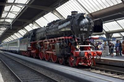 Plakát Curych, Švýcarsko - 04.06.2011: vlak s zrekonstruované Pacific 01 202 parní lokomotivy je připraven odchýlit se od hlavního nádraží v Curychu (Hauptbahnhof).