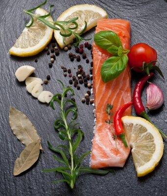 Plakát Delicious část čerstvého lososa s aromatických bylin, koření a zelenina - zdravé potraviny, strava nebo koncept vaření