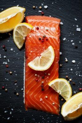 Plakát Delicious filety z lososa s citronem, mořskou solí a pepřem na da