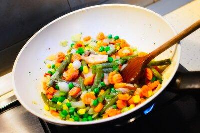 Plakát Detailní záběr na bílé pan vaření zeleniny k večeři
