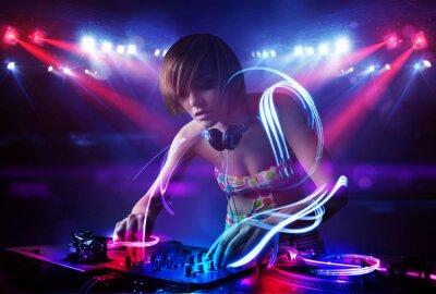 Plakát Diskžokej dívka přehrávání hudby se světelný paprsek efekty na jevišti