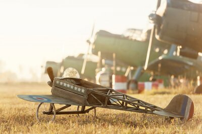Plakát Dítě model letadla zaparkovaná s retro letadel