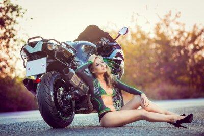 Plakát dívka sedí u kola, body art