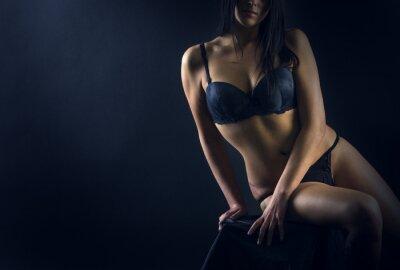 Plakát Dokonalé tělo ženy na černém pozadí