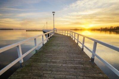 Plakát dřevěné, bílá molo v zálivu při západu slunce