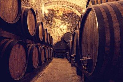 Plakát Dřevěné sudy s vínem v vinotéky, Itálie