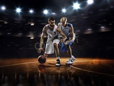 Plakát Dva basketbalisté v akci v tělocvičně ve světlech