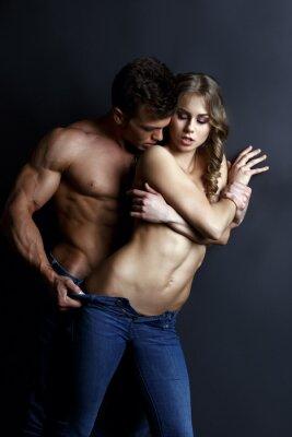 Plakát Erotika. Vášnivý svalnatý chlap pásy sexy dívka