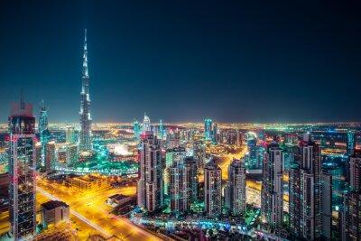 Plakát Fantastické noční Dubaj panorama s osvětlenými mrakodrapy. Střešní perspektiva centra Dubaje, Spojené arabské emiráty.