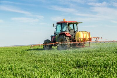 Plakát Farmář postřik zelenou pšeničné pole