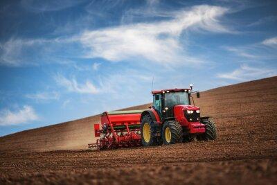Plakát Farmář s traktorem setí plodin na poli