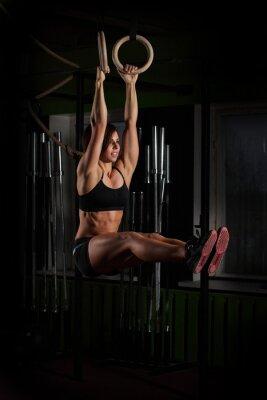 Plakát Fit mladá žena na gymnasta kroužky
