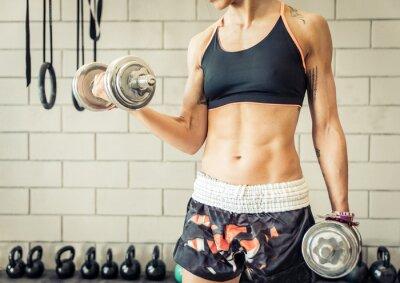 Plakát fit žena dělat biceps školení