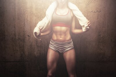 Plakát Fitness žena po tréninku tvrdě cvičení drží bílé sportovní ručník