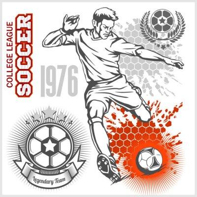 Plakát Fotbalista kope míč a fotbalové emblémy.