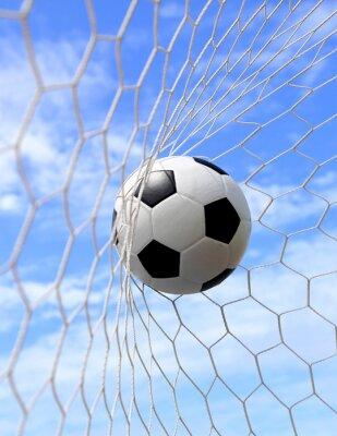 Plakát fotbalový míč do sítě na modré obloze
