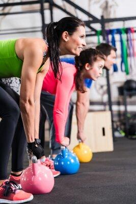 Plakát Funkční Fitness cvičení im Fitnessstudio mit Kettlebell