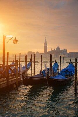 Plakát Gondoly od náměstí svatého Marka při východu slunce se San Giorgio di Maggiore kostel v pozadí v Benátkách Itálie