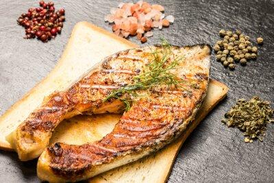 Plakát grilovaný filet z lososa přes horké krajíců chleba a koření přes břidlice