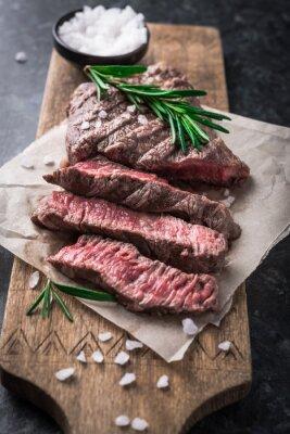 Plakát Grilovaný hovězí steak s rozmarýnem a solí na prkénku