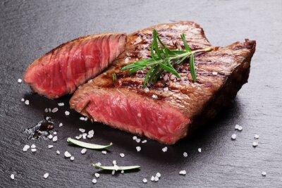 Plakát Grilovaný hovězí steak s rozmarýnem, solí a pepřem