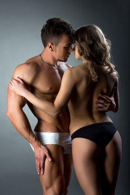 Plakát Heterosexuální pár něžně hladí navzájem