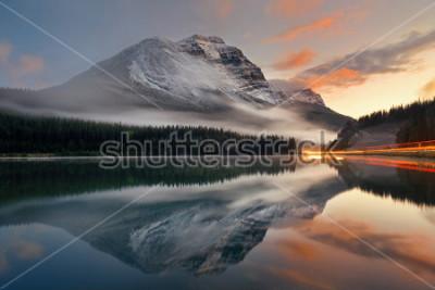 Plakát Horské jezero a semafor stezka s odrazem a mlha při západu slunce v národním parku Banff, Kanada.