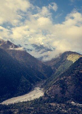 Plakát Hory tyčící se nad údolím.