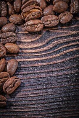 Plakát Hromadu kávových zrn na vinobraní dřevěné desce při pohledu shora