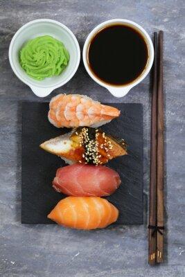 Plakát Japonská tradiční jídlo sushi s lososem, tuňákem a krevet
