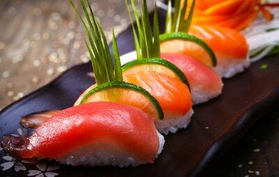 Plakát Japonský losos, tuňák sushi a omáčkou detailním