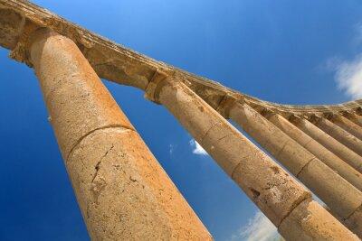 Plakát Jordán. Jerash (římské starověké město Geraza). Fragment kolonády Forum s hlavicemi v iontových pořadí