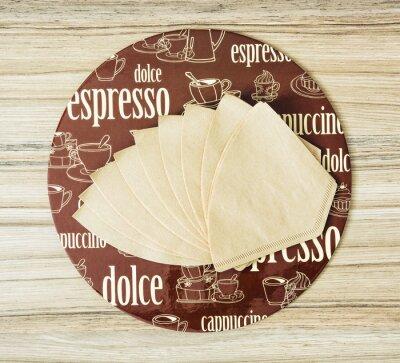 Plakát Káva na téma kolo zásobníku a filtry na kávu na dřevěném backgr