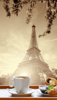 Plakát Káva s croissanty proti Eiffelova věž v Paříži, Francie