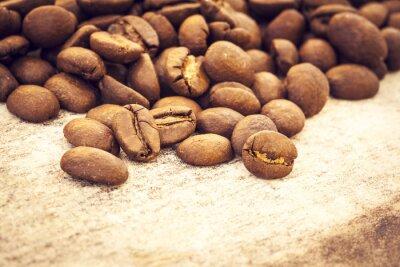 Plakát Kávové boby na dřevěné pozadí