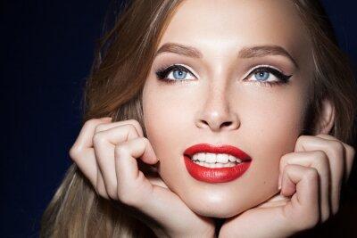 Plakát Krásná dívka s červené rty s rukama v blízkosti obličeje