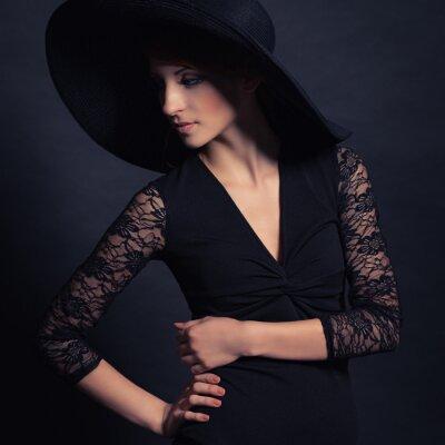 Plakát krásná dívka v černých šatech a klobouku