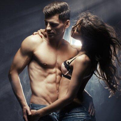 Plakát Krásná mladá usmívající se pár v lásce objímat indoor
