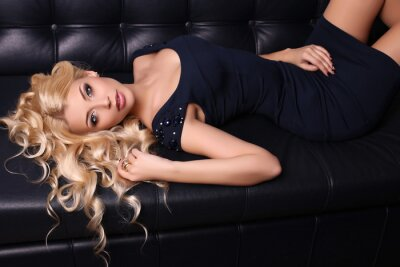 Plakát Krásná okouzlující žena s dlouhými blond vlasy nosí elegantní šaty a doplňky