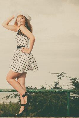Plakát Krásná retro stylu dívka v polka tečkované šaty.