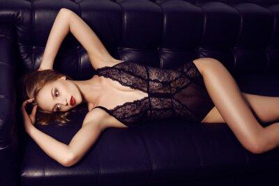 Plakát Krásná smyslná dívka s dlouhými tmavými vlasy nosí luxusní krajkové spodní prádlo