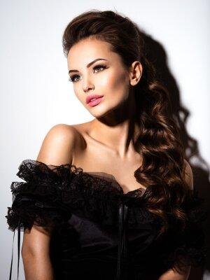 Plakát Krásná tvář mladé sexy dívka v černých šatech