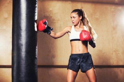 Plakát Krásná žena boxu s červenými rukavicemi