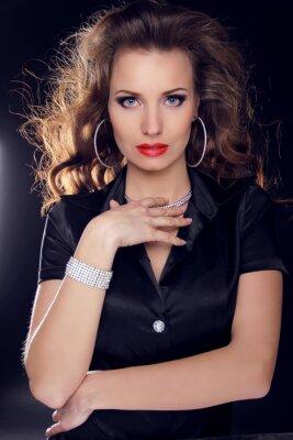 Plakát Krásná žena s kudrnatými vlasy a večerní make-up.