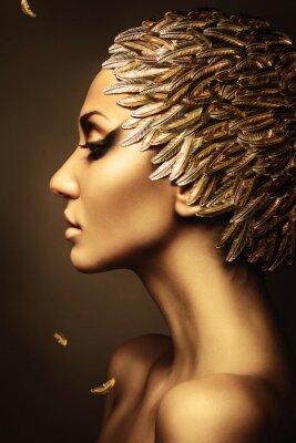 Plakát krásná žena se zlatým peřím kloboukem