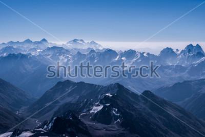 Plakát Krásný sněhový vrcholový výhled na krajinu z vrcholu Elbrusu. Kavkazská hora za slunečným dnem. Elbrus, Severní Kavkaz, Rusko