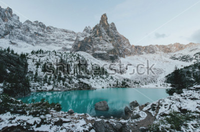 Plakát krásný výhled na obrovské bílé skály dolomitských hor. Braies Lake (Lago Di Braies) v létě. Největší přírodní jezero v Dolomitech, Jižní Tyrolsko, Itálie, Evropa.