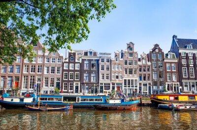 Plakát Krásný výhled z amsterdamských vodních kanálů s mostem a typický holandský