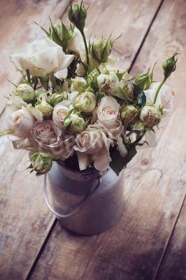 Plakát Kytice růží v kovovém hrnci na dřevěné pozadí, vintage styl
