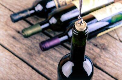 Plakát Láhev vína na dřevěný stůl